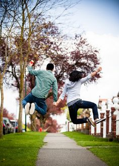 Love this couple's engagement photos! So cute! I'm too clumsy for this, but it's be a fun picture to try