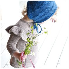 Dancing around in her #dancingdress! I dag invier vi ny fin #dansekjole i en genserversjon.  #ministrikk #heianorge#blåbårkyse#markblomster#deiligmedvår#maiduskjønnemilde#knit#knitting#knitted#bestemorstrikk #nammastrikk