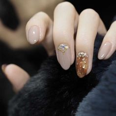 Glitter almond nail art designs are very suitable for summer. Glitter on your nails will catch everyone's eyes. You can try to design with nude nails and gold glitter nails. Glitters can be used on one nail because it looks more elegant and fashionab French Tip Nail Designs, Almond Nails Designs, French Tip Nails, Fall Nail Designs, Almond Nail Art, Fall Almond Nails, Popular Nail Designs, Gold Glitter Nails, Super Nails