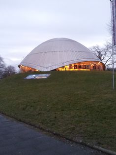 Das Planetarium Bochum zeigt Besuchern die Weiten der Galaxis. Sterne, Planeten, Monde, Sonnen, unsere Milchstraße - es gibt so viel zu entdecken!  Die Shows bieten für jeden etwas, ob Wissens-,Musik- oder Kinder-Show - eintauchen in eine fremde und doch so uns betreffende Welt