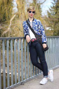 Jeans und T-Shirt und Bomberjacke - weiße Sneakers