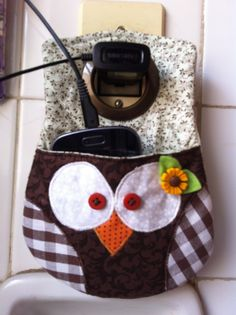 porta carregador de celular Fabric Crafts, Sewing Crafts, Sewing Projects, Projects To Try, Charger Holder, Wallet With Coin Pocket, Owl Crafts, Vide Poche, Minimalist Wallet