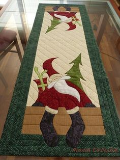 Christmas table quilt … Cute… Maybe someday ill figure this stuff out is creative inspiration for us. Get more photo about diy home decor related with by looking at photos gallery at the bottom of [. Christmas Patchwork, Christmas Sewing, Christmas Projects, Holiday Crafts, Christmas Quilting, Table Runner And Placemats, Table Runner Pattern, Quilted Table Runners, Small Quilts