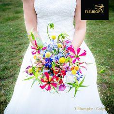 Dit kleurrijke trouwboeket is echt een pareltje op de bruiloft. De rijke mix aan bloemen maken dit bruidsboeket in plukstijl tot een prachtig plaatje. In het bruidsboeket zijn o.a. gloriosa, craspedia, sandersonia en ridderspoor/delphinium. Het trouwboeket is gemaakt door Fleurop bloemist 't Blumpke uit Gulpen. Lily Pulitzer, Dresses, Fashion, Vestidos, Moda, Fashion Styles, Dress, Fashion Illustrations, Gown