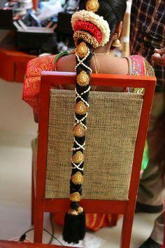 New South Indian Bridal Makeup Eye India Ideas South Indian Wedding Hairstyles, Bridal Hairstyle Indian Wedding, South Indian Bride Hairstyle, Indian Bridal Makeup, Indian Hairstyles, Bride Hairstyles, Party Hairstyles, Bridal Braids, Bridal Hairdo