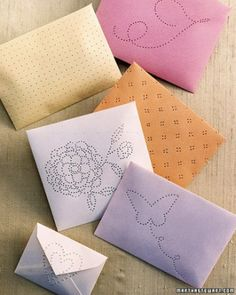 Paper sachet envelopes from Martha Stewart . a nice change from the traditional cloth pouch. Diy Paper, Paper Crafts, Diy Crafts, Little Presents, Scented Sachets, Diy Envelope, Diy Inspiration, Martha Stewart Crafts, Santas Workshop