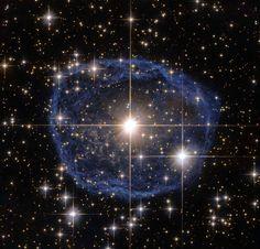 Et voilà WR 31a, une étoile particulièrement brillante située à 30.000 années lumières de chez nous, dans la constellation de Carina. La bulle bleue? Un nuage interstellaire constitué de poussières, d'hydrogène, d'hélium et de divers gaz qui grandit à la vitesse de 220.000 km par heure... mais qui a une durée de vie d'à peine 100.000 ans.