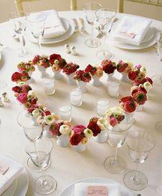 centrotavola matrimonio con fiori a forma di cuore