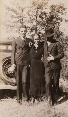 Buy online, view images and see past prices for Clyde Barrow & Bonnie Parker (Bonnie & Clyde). Barrow family photo albums and scrapbooks. Bonnie And Clyde Death, Bonnie Clyde, Bonnie Parker, Family Photo Album, Family Photos, Bonnie And Clyde Pictures, Old Pictures, Old Photos, Real Gangster