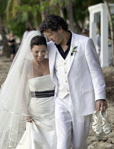 La cantante se casó en 2001 en Puerto Rico con Fréderic Thiebaud con este vestido sencillo, de tipo sirena, con escote palabra de honor, largo velo y fajín negro. Lo compró en una tiendecita suiza.