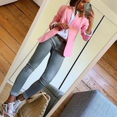 Pink Monday 🌸 veste chemise jean(old) baskets cabas Stylish Work Outfits, Stylish Clothes For Women, Classy Outfits, Stylish Outfits, Blazer Outfits, Mom Outfits, Fall Outfits, Fashion Outfits, Look Blazer