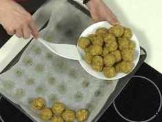 Priprema  Krumpir oprati, oguliti, izrezati na komade, skuhati u slanoj vodi, ocijediti i izgnječiti. U vrelu vodu dodati malo soli, ulje i zobene pahuljice, te miješati dok se tijesto ne odvoji od posude i oblikuje u kuglu. Dodati pasirani krumpir, smrvljeni Bixies, delikatesni francuski kvasac…