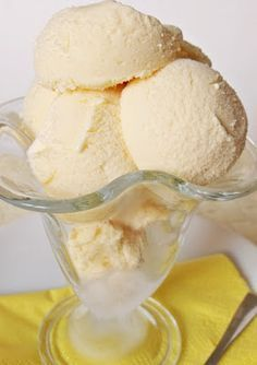 Az egyik legnépszerűbb fagylalt, házilag készítve pedig különösen finom.    Hozzávalók:   400 ml tejszín  100 ml tej  5 tojássárgája ... My Recipes, Cooking Recipes, Ice Cream Freeze, Torte Cake, Frozen Yoghurt, Hungarian Recipes, Ice Pops, Popsicles, Gelato