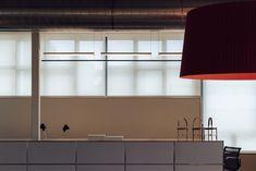 Su diseño es pura elegancia y sobriedad. La estructura está compuesta por una línea fina de metal desde dónde sale el punto lumínico, que a la vez queda reflejado en un arco de distinto acabado. Esta proyección indirecta de la luz le hace crear espacios tenues, pero a la vez eficazmente resueltos. Santa Cole, Pendant Lamp, Hanging Lamps, Ceiling Lights, Lighting, Home Decor, Sobriety, Ceiling Light Fixtures, Elegant