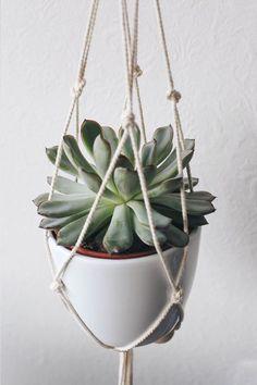 DIY: bohemian decor ideas for the living room - DIY: a plant hanging in macrame. Diy Tumblr, Boho Diy, Bohemian Decor, Homemade Home Decor, Diy Home Decor, Diy Suspension, Deco Nature, Bohemian Living Rooms, Deco Boheme