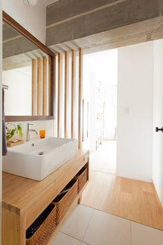 中古を買ってリノベーションの相談はEcoDeco.リノベーションの事例写真たくさんあります。不動産購入、リノベの相談無料。#リノベーション#インテリア#東京#照明#家づくり#home #house#趣味#趣味を楽しむ#整理整頓#暮らし#玄関#ヴィンテージ#洗面#洗面インテリア#洗面所 Japanese Home Design, Japanese House, Washroom, Bathtub, House Design, Colours, Interior Design, Mirror, Kitchen