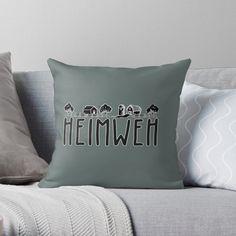 Zuhause ist es doch am schönsten! #Einrichgtungsidee Design by diesite. #Wohnen #Wohnidee #Dekoration #Dekokissen #Kissen #Wohnzimmer #Heimatliebe #Design #Landleben #Dorfkind #BergischesLand #diesite #die|site #Bauernhof Vintage T-shirts, Bed Pillows, Pillow Cases, Home, Design, Missing Home, Country Living, Ad Home, Living Room