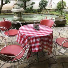 意外に知られていない、京都のあたりまえ。 イノダコーヒのテーブルクロス。 寒い時期は赤色で、 暑い時期は水色に。 色が変わります。