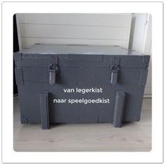 Tip voor de kinderkamer: van een oude legerkist een speelgoedkist maken opruimen babykamer nursery closet storage box