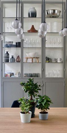 Apothekerskast van Old BASICS in modern interieur Bathroom Medicine Cabinet, Bookcase, China Cabinet, Sweet Home, Dining Room, Interior Design, Interior Ideas, Shelves, House Styles