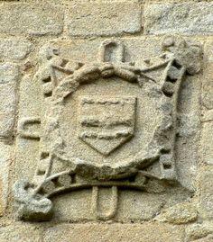 """Armes des Lestrelin (porte Sud de la chapelle Sainte Avoye, au sud de la commune de Pluneret, Morbihan). -- """"d'argent à la fasce nouée d'azur, accompagnée de sept merlettes (alias canettes) de gueules 4 et 3."""""""