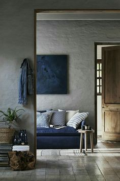 Dark blue, slightly artistic living room. This has a lovely mood to it. Living room, decor, inspiration, bohemian