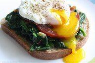 Un desayuno completo por 225 calorias  1 huevo 75 calorias  1 cdita de aceite de oliva 45 calorias  1 rodaja de pan integral 80 calorias  espinacas sudaditas 25 calorias  Delicioso,nutritivo y completo!