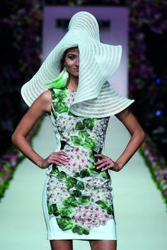 Mercedes Benz, Green Leather Jackets, Elegant, Fashion Show, High Neck Dress, Spring Summer, Veils, Hats, Disney