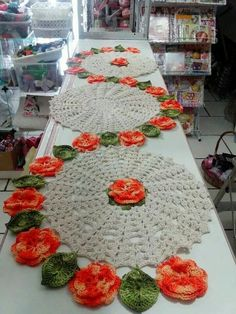 The crochet table runner has been part of the decoration of Brazilian houses for several decades, as well as the crochet rug and the crochet bag pull, Crochet World, Crochet Home, Love Crochet, Beautiful Crochet, Crochet Crafts, Crochet Flowers, Crochet Projects, Crochet Doily Patterns, Thread Crochet