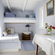 Living Large In Small Spaces - Nostalgic Summerhouse Cottage Style Decor, Beach Cottage Style, Beach Cottage Decor, Summer House Interiors, Cottage Interiors, Bedroom Interiors, Tiny House Living, Small Living, Beach House Bedroom