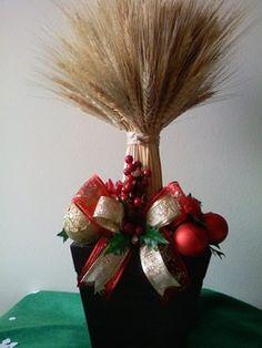 Veja como fazer um lindo arranjo para a sua mesa de Natal. É bem prático e você poderá utilizá-lo até em outras ocasiões. Em uma decoração natalina, não se pode esquecer do item fundamental e central da celebração, que é uma mesa bem bonita e ornamentada para este momento em especial. É preciso então que …