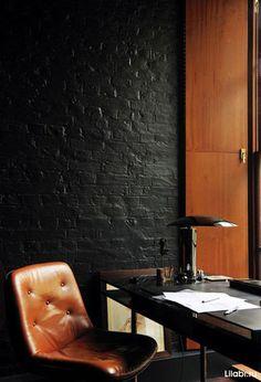 Крашеная кирпичная черная стена в интерьере
