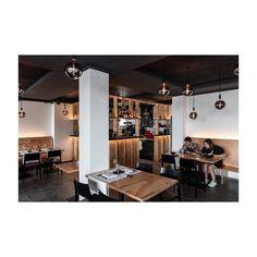 #zürichgehtaus #zurichrestaurant #zhwelt #architektur #architekturfotografie #gastronomie #interiordesign #swissarchitecture #plywood Swiss Architecture, Interiordesign, Conference Room, Table, Furniture, Home Decor, Fine Dining, Architecture, Meeting Rooms
