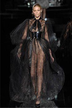 Dolce & Gabbana at Milan Fashion Week Fall 2007 - Runway Photos Dark Fashion, Gothic Fashion, High Fashion, Fashion Show, Fashion Design, Couture Fashion, Runway Fashion, Womens Fashion, Milan Fashion