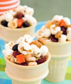 Snack Cones Ingredients: 3 cups popcorn 2 cups multigrain cereal 1 cup dried fruit bits 24 wafer ice-cream cones X Healthy Toddler Meals, Toddler Snacks, Kids Meals, Healthy Snacks, Fruit Snacks, Kid Snacks, Party Snacks, Simple Snacks, Summer Snacks