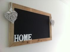 DIY krijtbord met stijgerhout en magneetverf! Hangt geweldig in onze keuken. Super easy. Zagen, plakken, rollen en klaar!