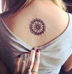 Mandala  Este es un símbolo propio del hinduismo y el budismo y constituye la representación sagrada del universo.