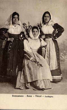 Questa antica foto fatta in studio. la foto ritrae un gruppo di tre donne nei costumi di Bono, Bonnanaro ... Continua a leggere Folk Costume, Costumes, My Land, Sardinia, Folklore, Spain, Old Things, Portrait, Country