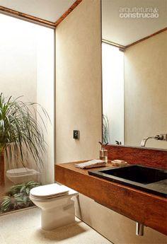 O pequeno jardim embeleza o lavabo na proposta do arquiteto Gui Mattos. Aberta, a área multiplica a claridade.