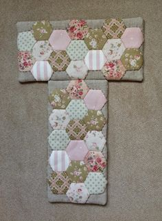 Momentos de Costura: Hexágonos y boquilla (mini tutorial) Tutorial Patchwork, Hexagon Patchwork, Patchwork Bags, Quilted Bag, Fabric Purses, Fabric Bags, English Paper Piecing, Bag Pattern Free, Frame Purse