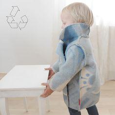 Een unisex jas gemaakt van een oude deken. Upcycling, niet enkel voor de ecologische gedachte, maar ook om op nostalgische wijze grootmoeders deken nieuw leven in te blazen. Door de grote tekening...