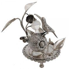 Magnifico e raro paliteiro representando pássaro sobre romã em meio as folhagens. Contraste do Rio