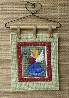 Mini Panô em patchwork, confeccionado em tecido de algodão com desenhos de Natal , forrado e com alças de tecido. Acompanha suporte decorativo para pendurar. Medidas aproximadas : 16 cm X 20 cm R$ 40,00