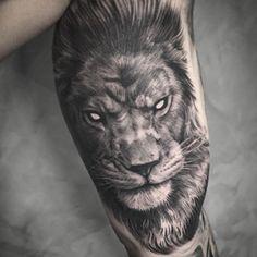 Tattoo do Thiago Iglesias, usando algumas técnicas que sempre vejo de monstros da tattoo na @king7tattoo e misturando com o estilo que já faço, espero que curtam! Leão, tigres, animais, pássaros em geral nessa onda mais rock'n roll são bem vindos para tatuar, valeu! #electricink #cheyenneequipment #mboahstenciltransfer #king7tattoo #blacklineartandgallery #inkedmag #sullen #tattoo2me #skinartmag #tattooistartmag