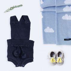 macacão bebê de tricô azul marinho com pompom // verão tricô tricot roupa de tricô para bebê roupa de bebê romper pompom moda bebê menino menina macaquinho macacão inverno enxoval conforto bebê algodão maternidade mãe gravidez grávida newborn