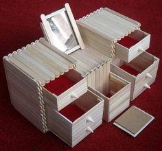 Z drevených lekárskych špachtlí môže vzniknúť takýto parádny kozmetický stolík pre malé parádnice:)