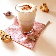 Das schmeckt nach Weihnachten: Selbstgemachter Chai Tea Latte mit Zimt, Kardamom, Nelken und Sternanis. Dazu kommt noch schwarzer Tee. Dann wird alles aufgekocht, mit Milchschaum getoppt und nach belieben mit etwas Honig verfeinert.