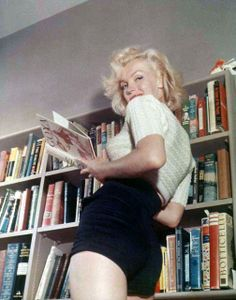 Marilyn Monroe with books photographed by Bob Beerman in 1953
