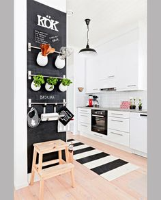 La pittura effetto lavagna è una delle ultime tendenze nel campo della decorazione. Ecco alcune idee creative per adoperarla su vari elementi della casa.