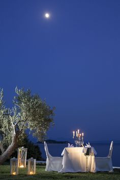 Candlelight dinner for two, with the moon mirrored on the deep blue waters of What more could you ask for? Romantic Escapes, Romantic Places, Beautiful Places To Travel, Romantic Picnics, Romantic Dinners, Mykonos Villas, Dream Dates, Romantic Gestures, Beauty Room